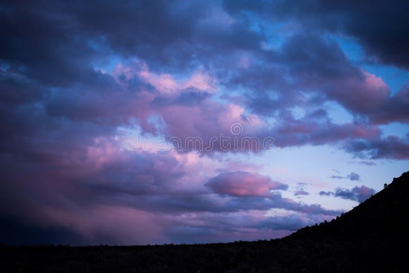 Las nubes en la puesta del sol son las más maravillosas imágenes de archivo libres de regalías