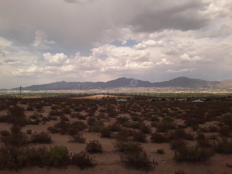 Las nubes en Tejas con friegan el cepillo en primero plano y las montañas del tren imagen de archivo libre de regalías