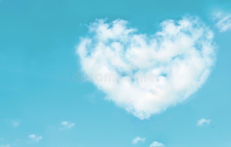 Las nubes hermosas en corazón forman en el cielo azul Concepto de la naturaleza del amor imagenes de archivo
