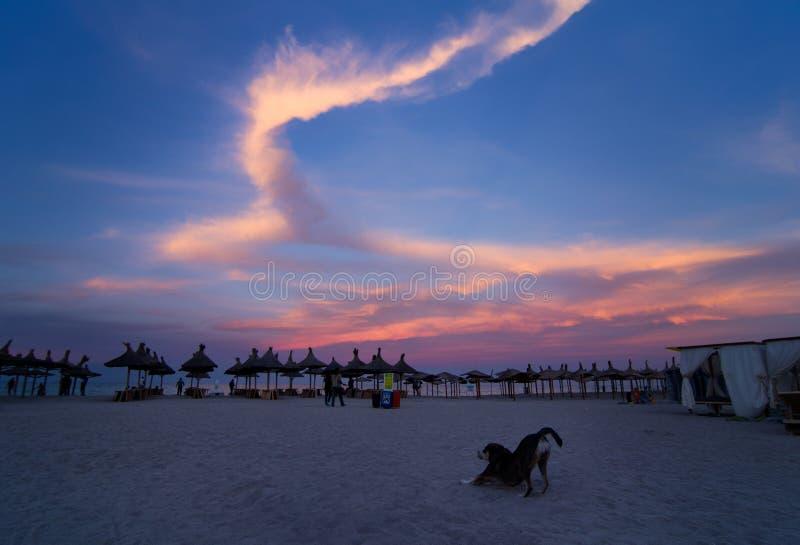 Las nubes hermosas se encendieron para arriba por puesta del sol fotografía de archivo libre de regalías