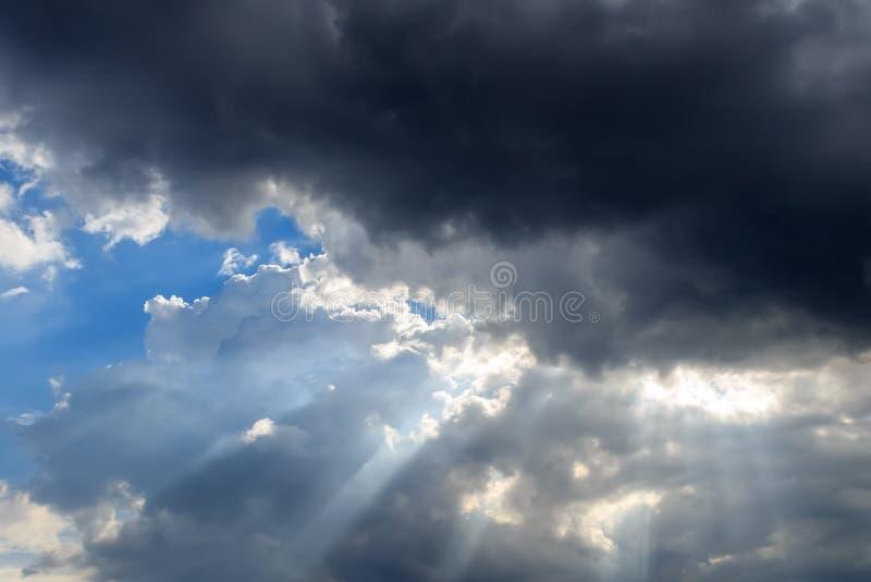 Las nubes oscuras eclipsaron el sol imagenes de archivo