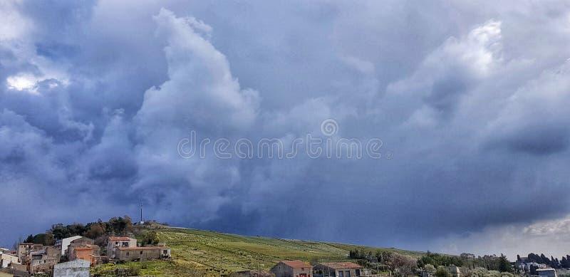Las nubes oscuras están aquí imagen de archivo