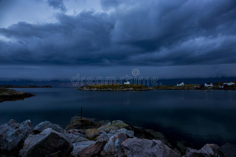 Las nubes oscurecen, una tormenta están viniendo imagen de archivo libre de regalías