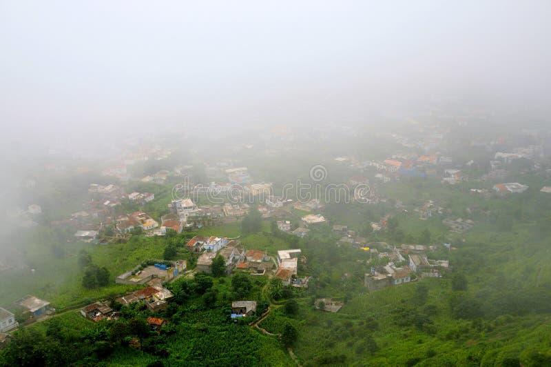 Las nubes pesadas llenan la ciudad de Nova Sintra imágenes de archivo libres de regalías