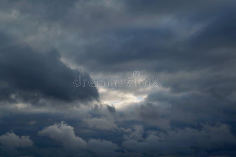 Las nubes tormentosas pesadas llenaron el cielo En el medio de una pequeña liquidación fotos de archivo