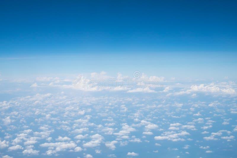 Las nubes y el cielo son extensos foto de archivo libre de regalías