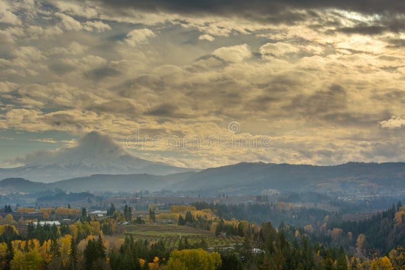 Las nubes y el sol irradia sobre la capilla y Hood River Oregon los E.E.U.U. del Mt fotografía de archivo libre de regalías