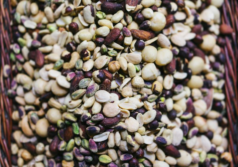 Las nueces mezcladas en el fondo borroso, opinión de top útil de la comida, clasificaron los pistachos sanos en mercado, avellana fotos de archivo
