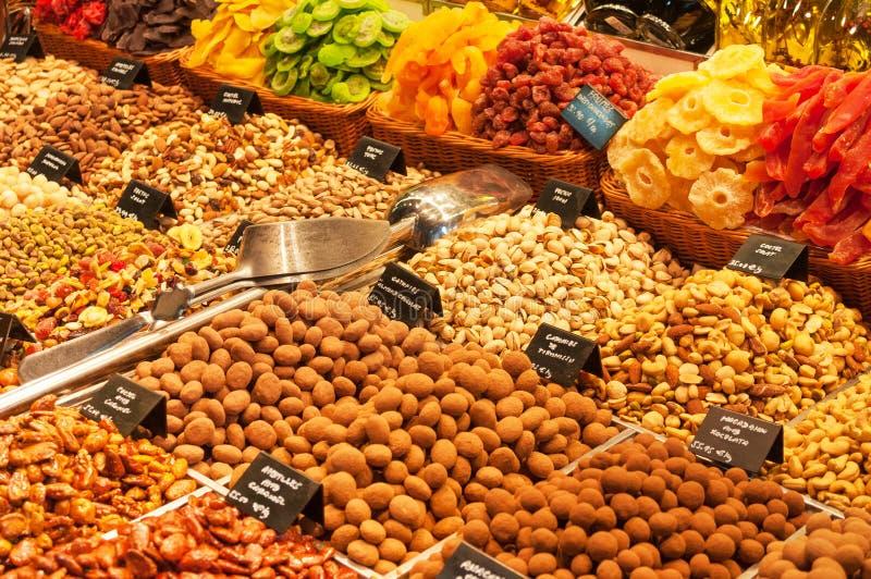 Las nueces mezcladas y las frutas secadas en mercado atascan imágenes de archivo libres de regalías