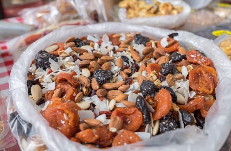 Las nueces mezcladas y las frutas secadas vendieron en el mercado local de la ciudad fotografía de archivo