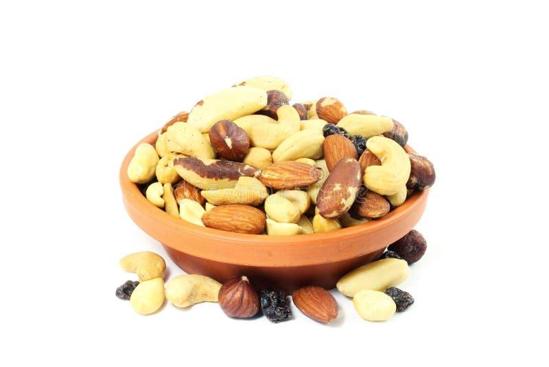 Las nueces secadas mezcladas de las frutas arrastran la mezcla en el fondo blanco imágenes de archivo libres de regalías