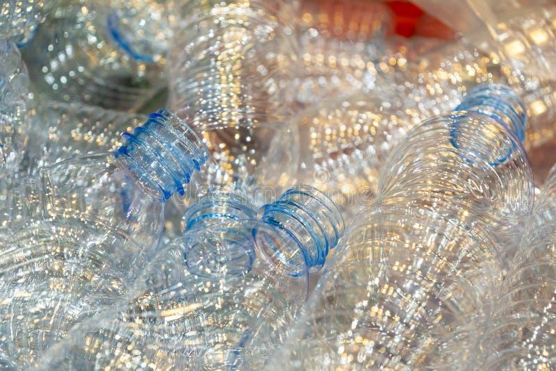 Las nuevas botellas plásticas en el envase en la fábrica de consumición fotos de archivo