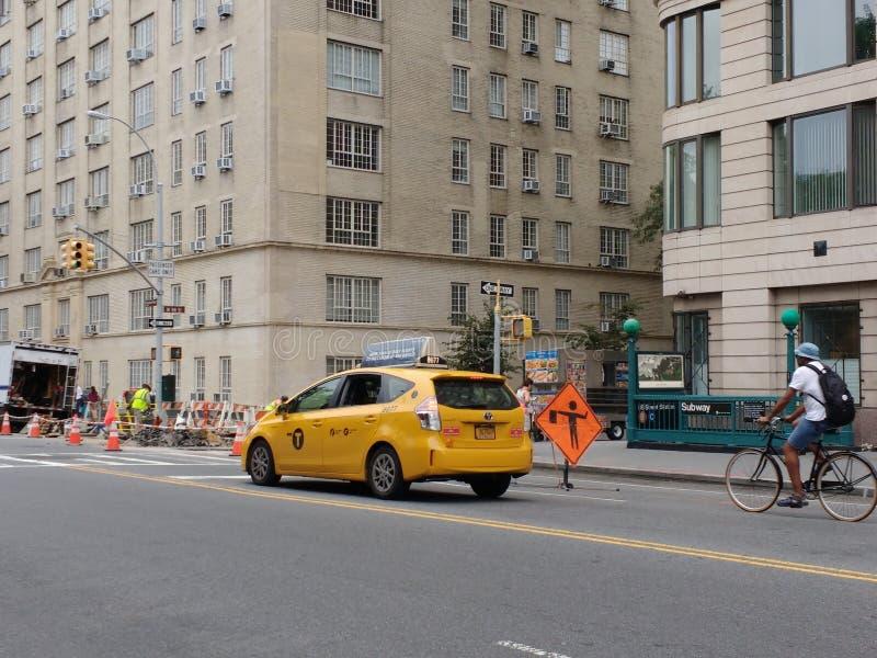 Las obras por carretera en New York City, los taxis y las bicis evitan la construcción, NYC, NY, los E.E.U.U. fotografía de archivo