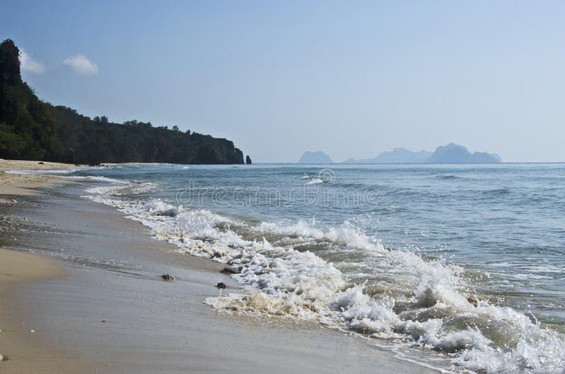 Las olas blancas y la hermosa playa de la bahía de Thung Sang en Tailandia fotografía de archivo libre de regalías