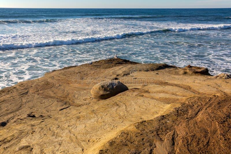 Las olas oceánicas se acercan a una playa rocosa cerca de San Diego, California fotografía de archivo libre de regalías
