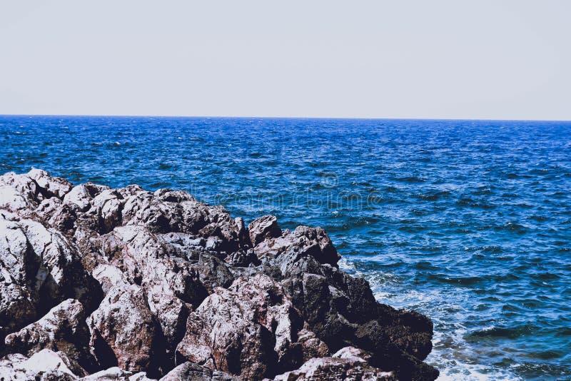 Las ondas afilan piedras foto de archivo libre de regalías
