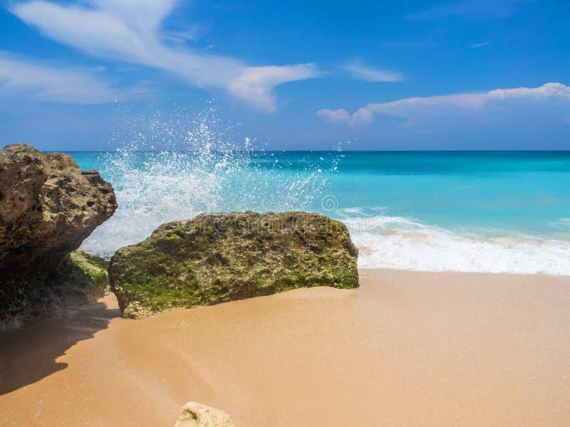 Las ondas batieron en las piedras con salpican fotos de archivo libres de regalías