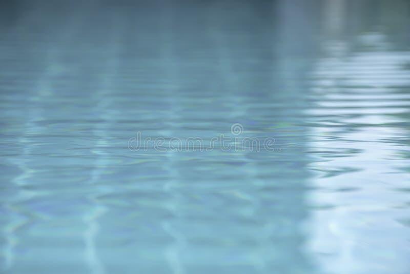 Las ondas de agua azul por el viento y la superficie reflectora de la luz del sol en la piscina imágenes de archivo libres de regalías
