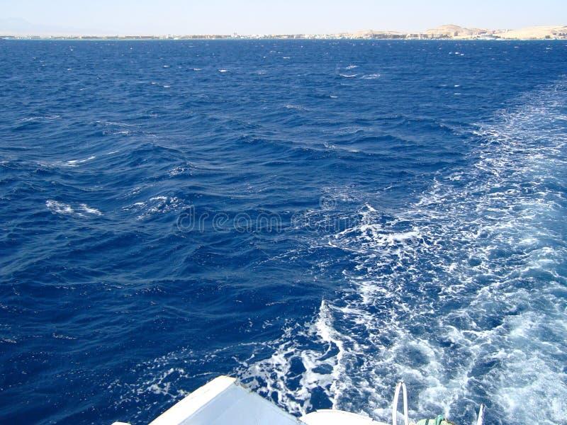 Las ondas de la espuma del mar abierto del acceso envían imagen de archivo libre de regalías