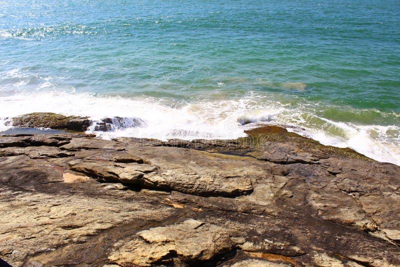 Las ondas golpearon la roca, Sri Lanka foto de archivo