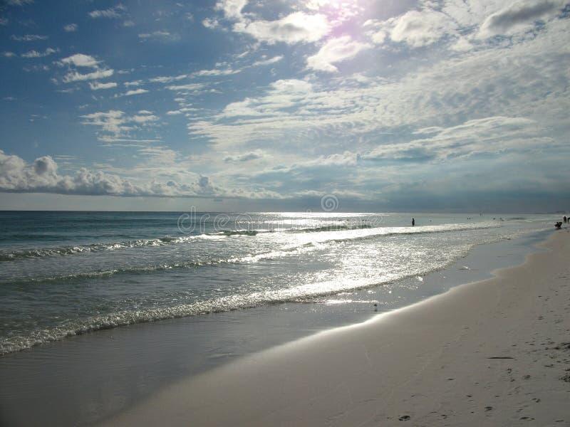 Las ondas que rielan tocan suavemente la orilla foto de archivo libre de regalías
