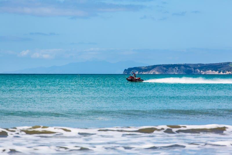 Las ondas ruedan en la playa fotografía de archivo