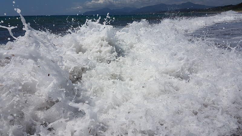 Las ondas salpican espuma en el mar Preveza Grecia del verano imagen de archivo