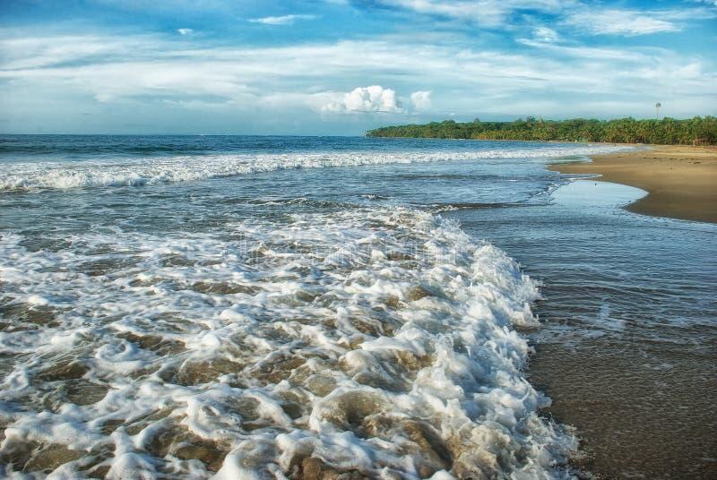 Las ondas se estrellan en la orilla de la playa de Manzanillo en Limon, Costa Ric imagenes de archivo
