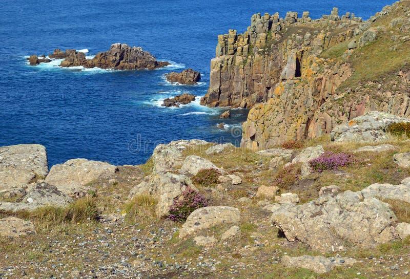 Las opiniones costeras del oeste del sur de la trayectoria encendido de tierras terminan a la ensenada de Sennen, Cornualles, Ing fotografía de archivo libre de regalías