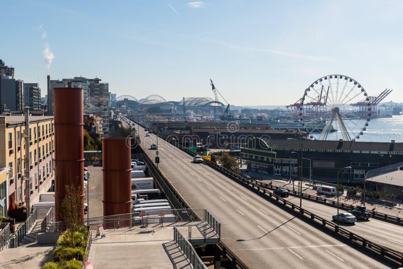 Las opiniones desde detrás del Pike colocan el mercado en la noria y la autopista sin peaje al lado de Elliott Bay en Seattle fotografía de archivo libre de regalías