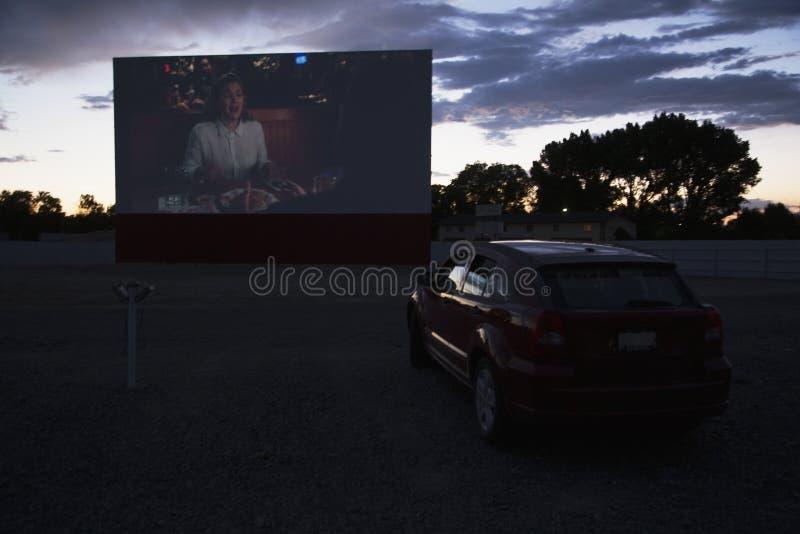 Las opiniones en estrella de cine del reloj del coche conducen en el cine, Montrose, Colorado, los E.E.U.U. fotografía de archivo libre de regalías