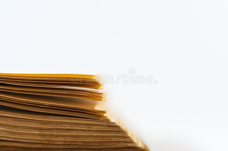 Las paginaciones del libro viejo se cierran para arriba fotos de archivo