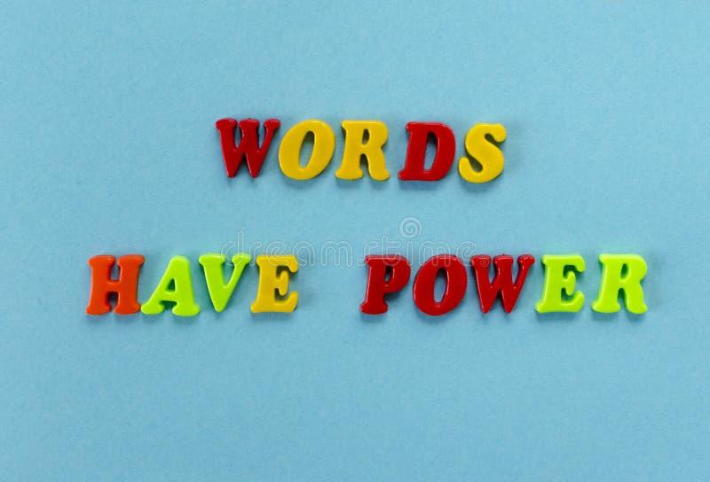 Las palabras del ` de la frase tienen ` del poder de letras magnéticas plásticas coloreadas en fondo del papel azul fotografía de archivo