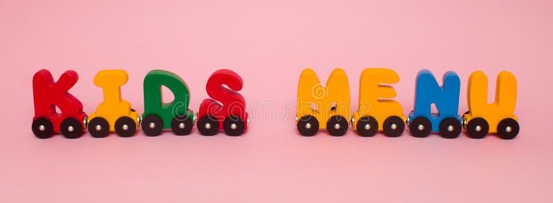 Las palabras embroman el menú hecho de alfabeto de los coches de tren de las letras Colores brillantes del verde amarillo rojo y  fotografía de archivo