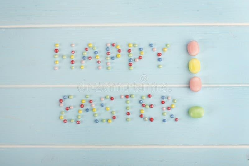 Las palabras Pascua feliz con la preparación colorida de la confitería fotografía de archivo