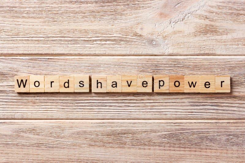 Las palabras tienen palabra del poder escrita en el bloque de madera Las palabras tienen texto en la tabla, concepto del poder foto de archivo libre de regalías