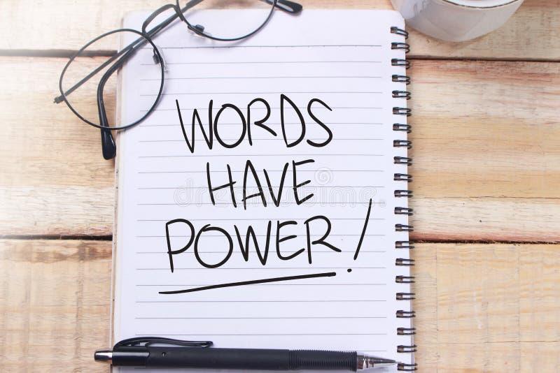 Las palabras tienen poder, concepto de motivaci?n de las citas de las palabras foto de archivo
