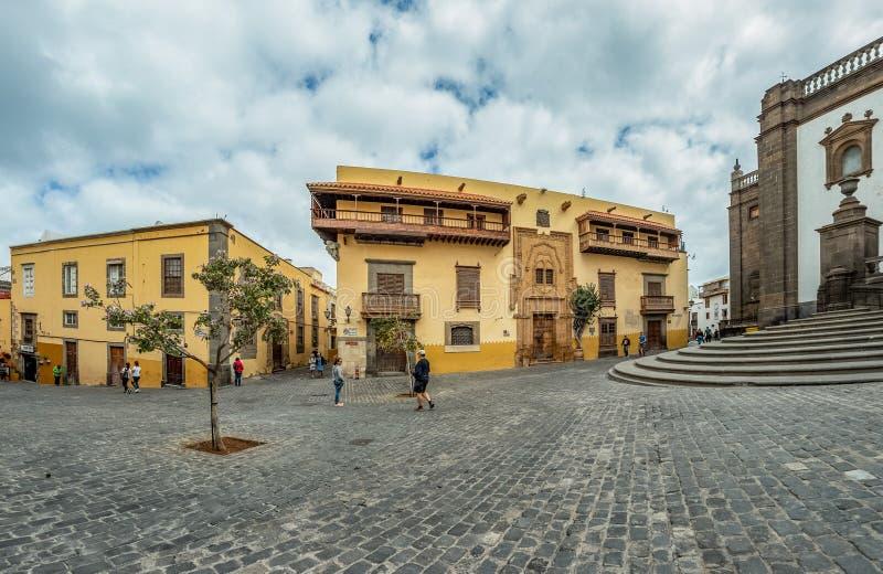 LAS PALMAS DE GRAN CANARIA HISZPANIA, MARZEC, - 08, 2019: Część katedra Santa Ana, Casa De Dwukropek i Kolumb w - obraz royalty free