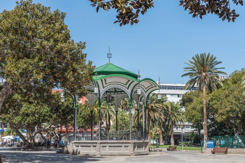 LAS PALMAS DE GRAN CANARIA, SPAGNA - 10 MARZO 2019: Vista della via Vista del supporto conico sulla via della città immagine stock libera da diritti