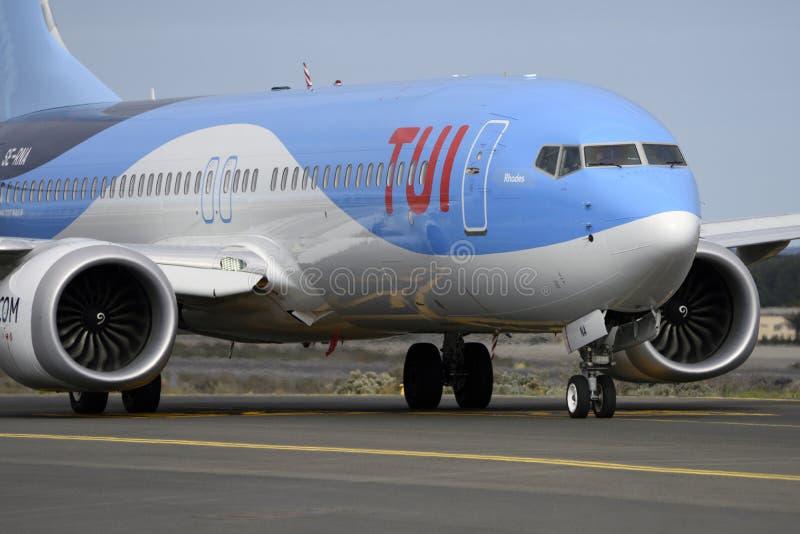 Las Palmas 7 novembre, Boeing 737-8 max, TUI, avec ses moteurs impressionnants, par la piste de roulement pour commencer le décol image libre de droits