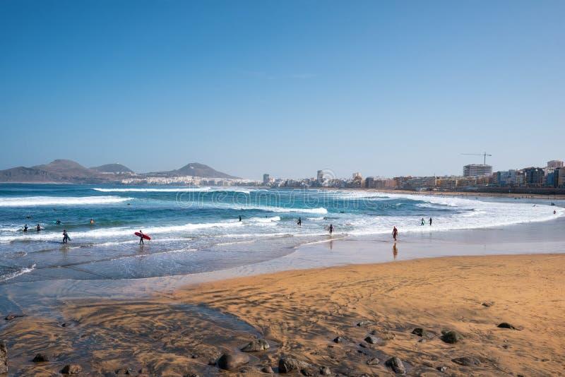 Las Palmas Spanien - mars 3, 2019: Surfare i Las canteras sätter på land, Las Palmas de Gran Canaria Spanien fotografering för bildbyråer