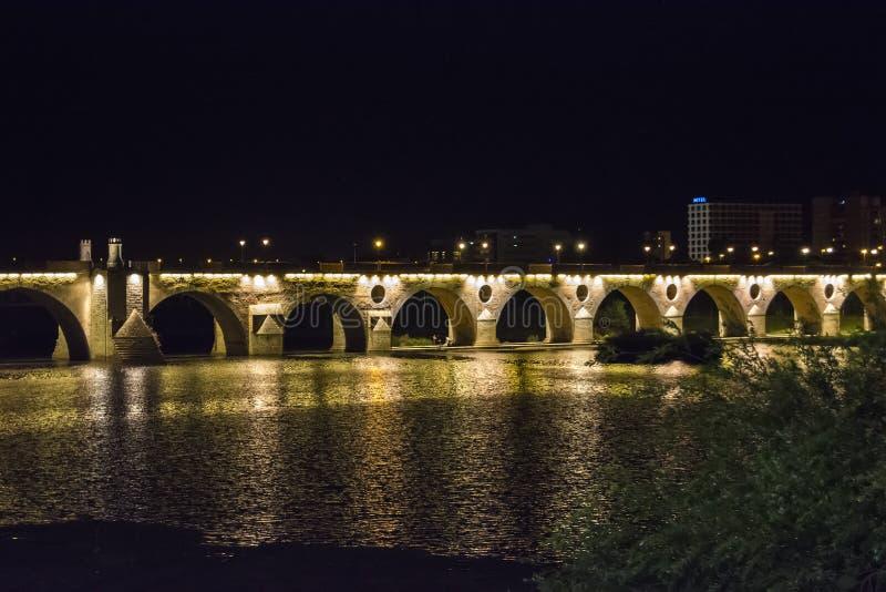 Las palmas tienden un puente sobre en la noche (Puente de Palmas, Badajoz), España foto de archivo