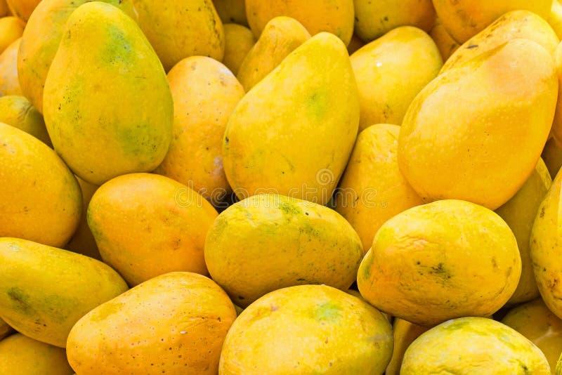 Las papayas frescas en un mercado atascan en la India imagenes de archivo