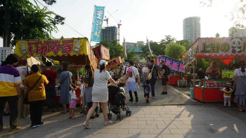 Las paradas de la comida en el parque de Ueno atrajeron a las familias imagen de archivo