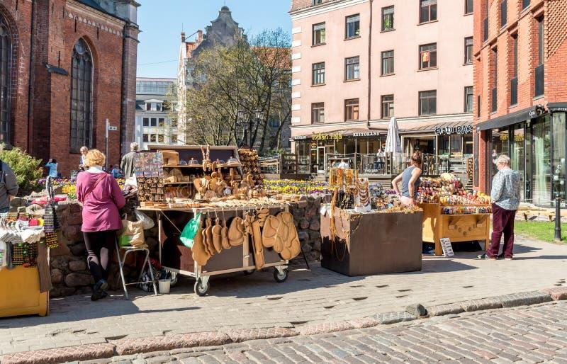 Las paradas de la venta con los recuerdos nacionales tradicionales en el centro histórico de Riga, Letonia foto de archivo libre de regalías