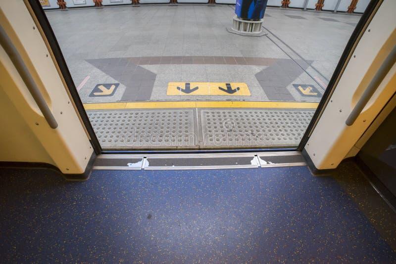 Las paradas del tren de cielo del BTS en la estación la puerta abierta a la plataforma allí son flechas firman en-hacia fuera la  imagenes de archivo