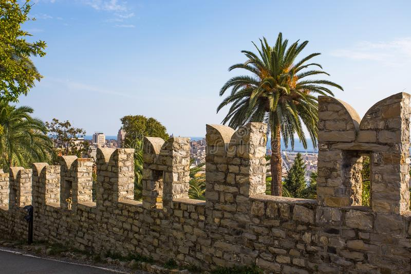 Las paredes alrededor del castillo/las palmas Albertis de las paredes seaview/se escudan Génova/Italia imagen de archivo libre de regalías