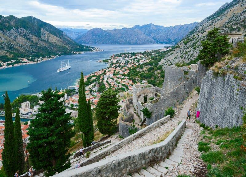 Las paredes antiguas de la fortaleza sobre Kotor y la bahía de Kotor, Montene imágenes de archivo libres de regalías