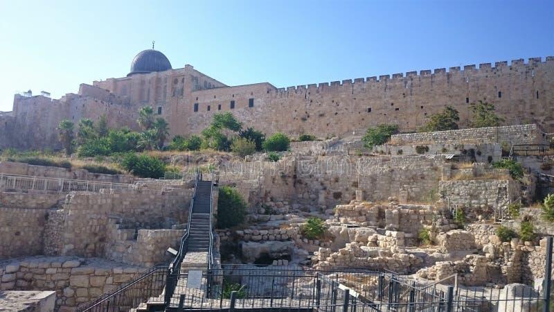 Las paredes de la ciudad eterna de Jerusalén, fuera de la visión, día claro, cielo azul foto de archivo