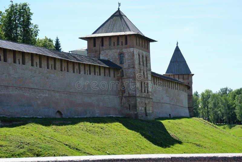 Las paredes de ladrillo rojas del Novgorod antiguo el Kremlin con las escapatorias y las atalayas fotografía de archivo libre de regalías